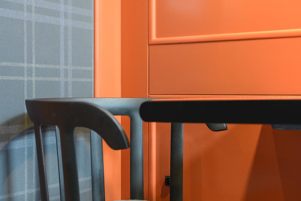 detaliu masa si scaun