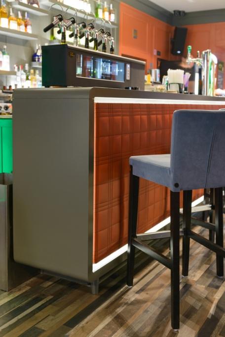 vedere ansamblu bar cu tejghea din panel masiv vopsit ral gri
