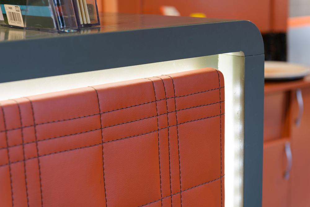 detaliu instalatie de iluminat led si cusatura manuala al panoului frontal