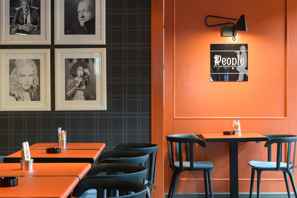 detaliu boazerie perete bar executat din panel masiv vopsit ral portocaliu