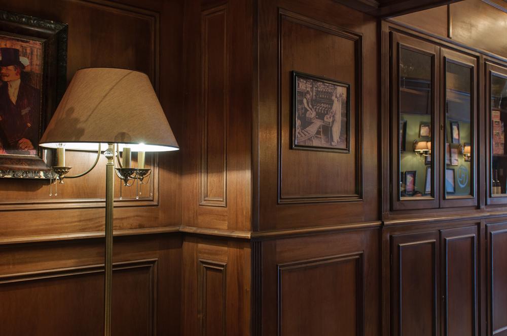 vedere boazerie perete cu bar pentru vinuri