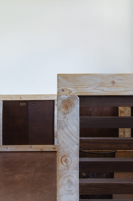 detaliu mobilier birou din brad masiv patinat colorat si usi din stejar masiv
