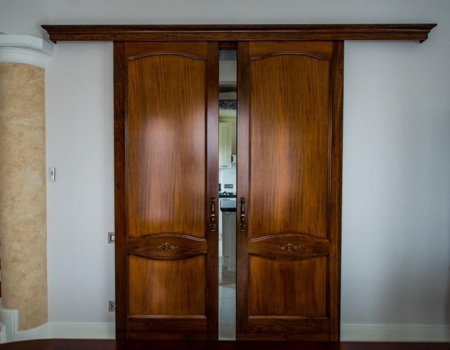 usi culisante de interior executate din Toulipier masiv