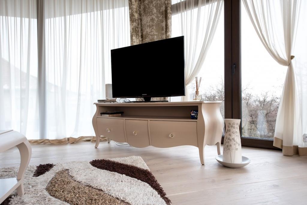 comoda tv cu 3 sertare model Louis XV vopsit ral