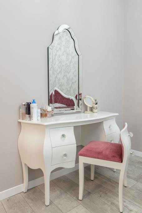 detaliu scaun interior toaleta de machiaj