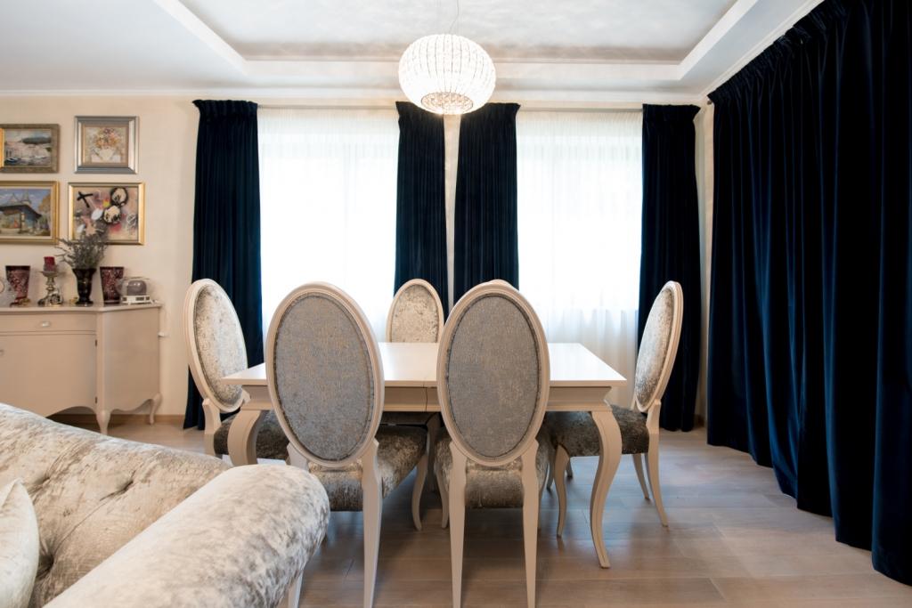 masa model Deco 2 extensibila din Toulipier masiv si scaune art 352 vopsite ral
