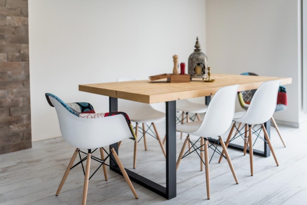 ansamblu masa si scaune tip post-industrial