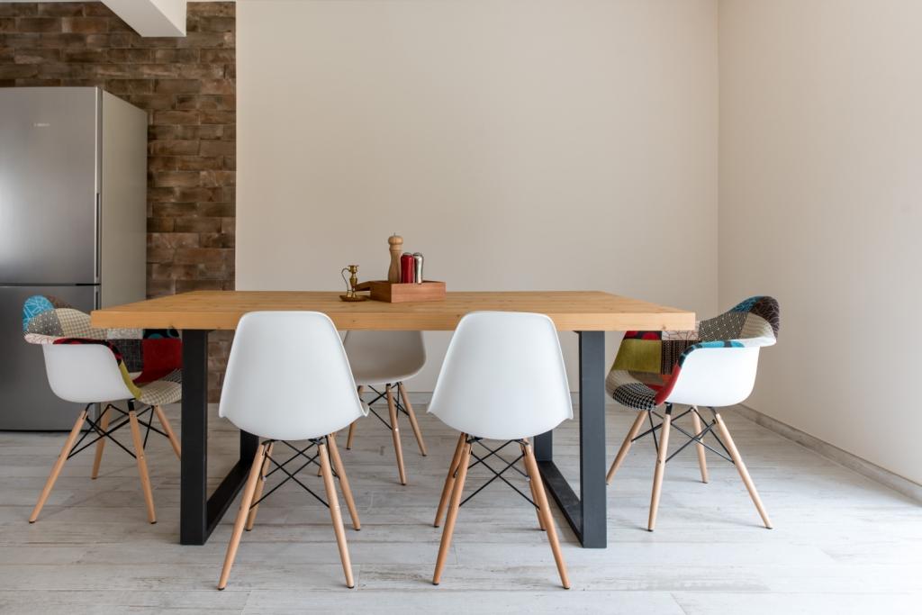 masa dining cu picioare din metal si blat superior din lemn masiv brad aburit