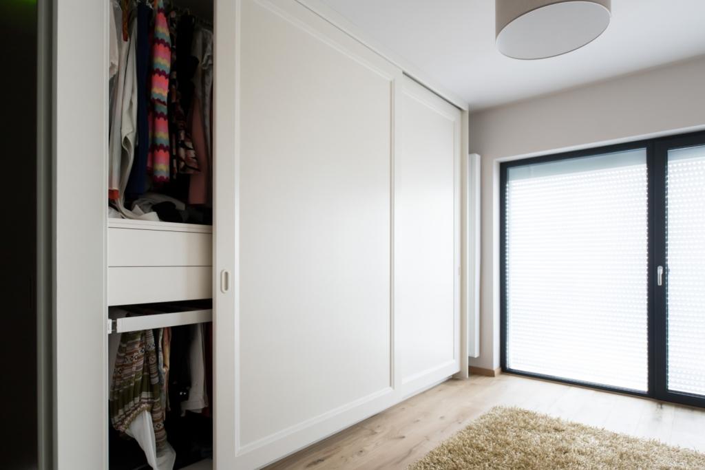 detaliu interior dressing cu sertare
