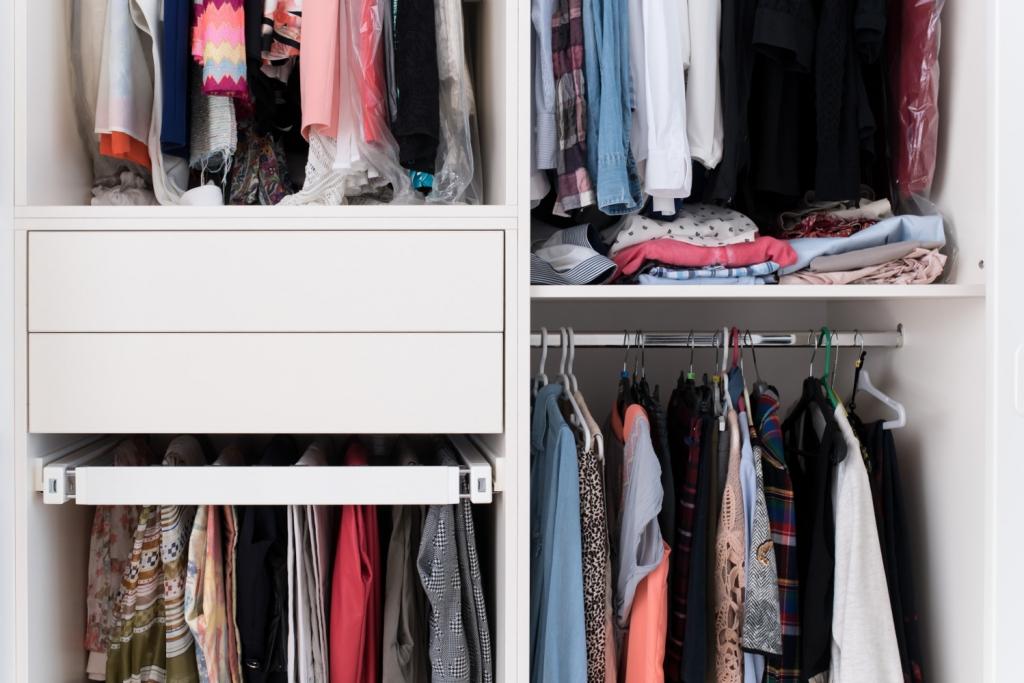 detaliu interior cu port-pantalon extractibil si bari metalica pentru haine