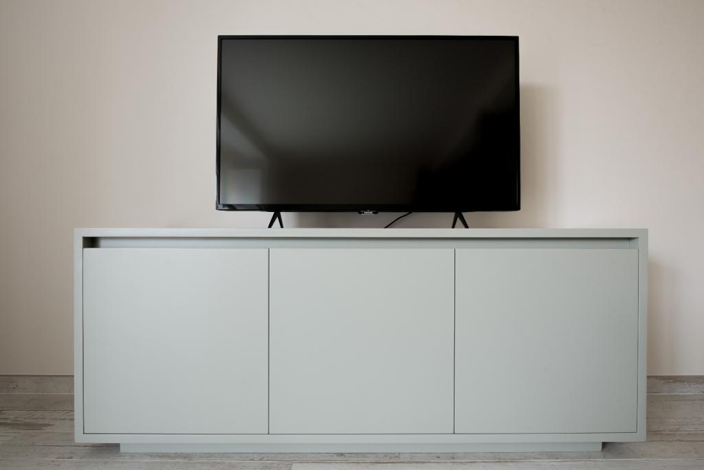 comoda tv executata la comanda din panel masiv vopsit ral cu usi deschidere tip-on