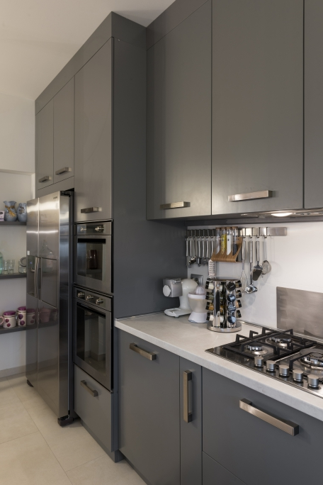 detaliu bucatarie pentru inserarea cuptor si micro cu frigider side by side