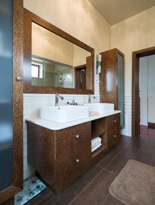 mobilier de baie din furnir reconstituit cu vitrine suspendate finisat cu vopsea speciala