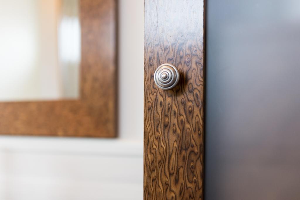 detaliu buton din alama cu finisaj argint vechi