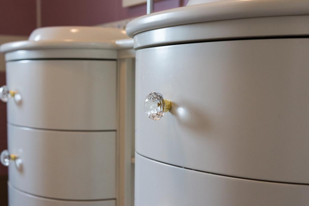 detaliu mobilier baie cu sertare curbate si buton cu cristal Swarovski
