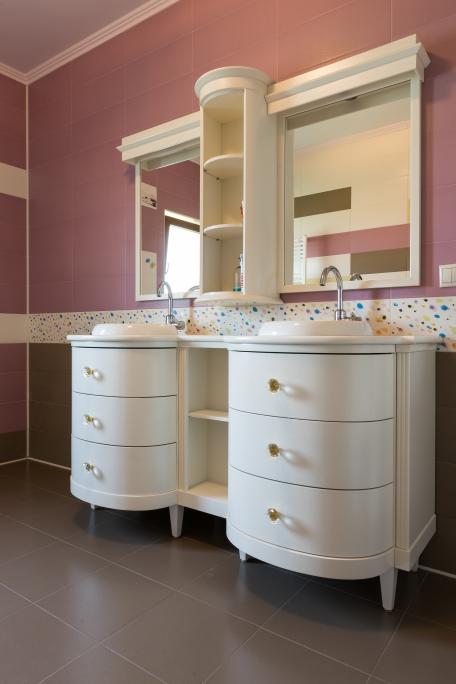 mobilier baie cu sertare curbate si corpul superior cu oglinzi vopsit ral 9001 alb crem