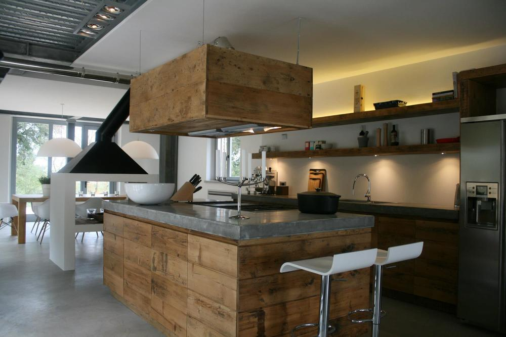 bucatarie stil post-industrial executat din lemn masiv vechi cu top superior finisat tio beton Ciré