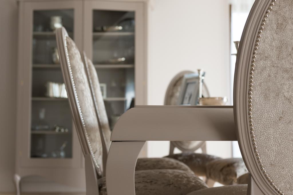 detaliu scaune model 372 cu pasmanterie metalica