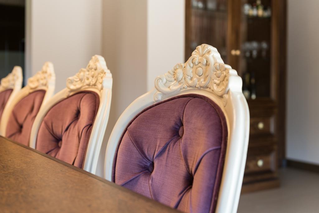 detaliu scaun cu spatar capitonat