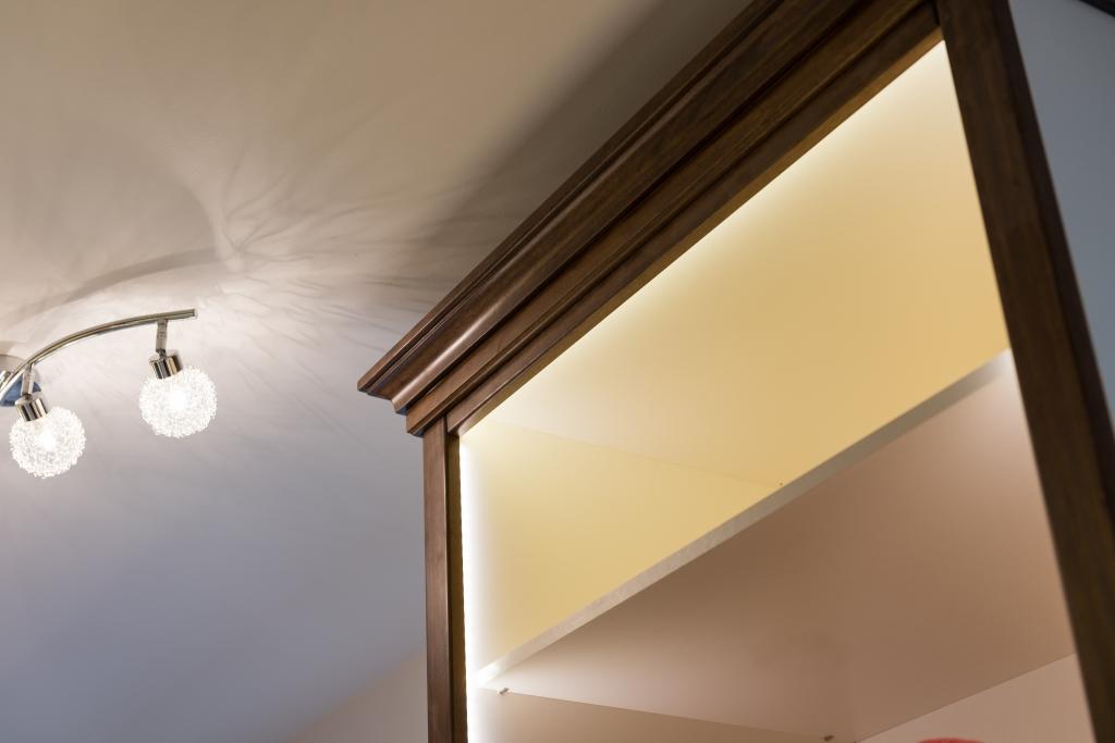 detaliu cornisa superioara dressing din Toulipier masiv cu instalatie de iluminat led