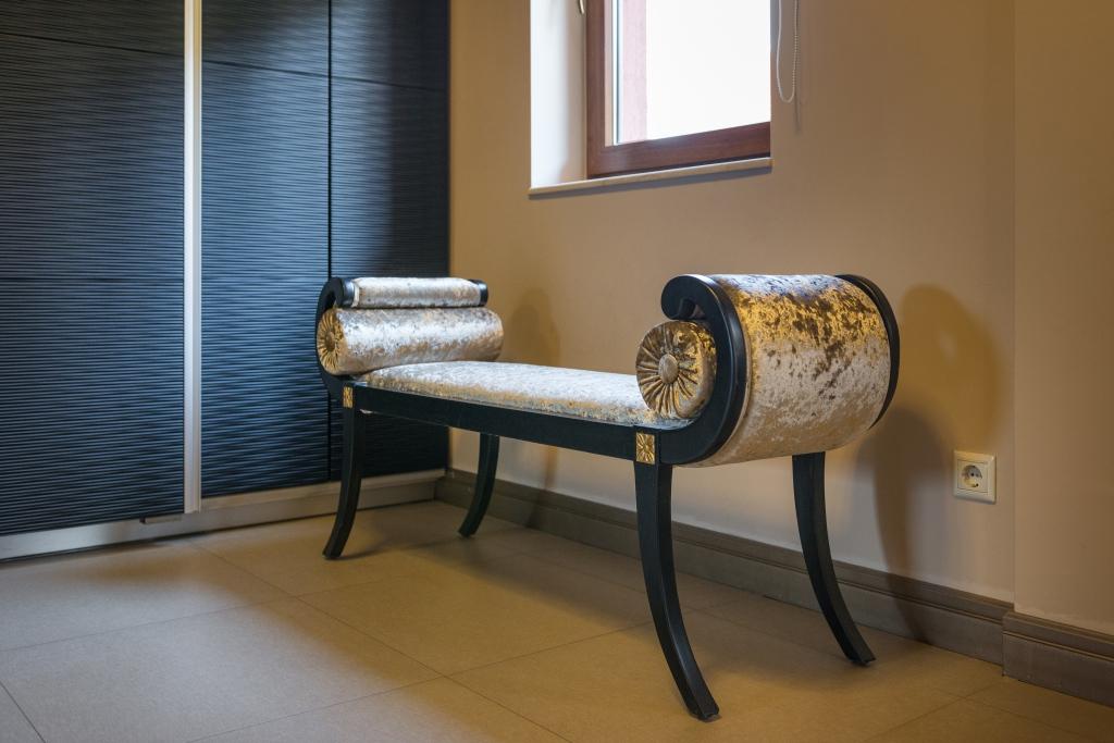 taburet tapitat model Louis XV cu perne cilindrice
