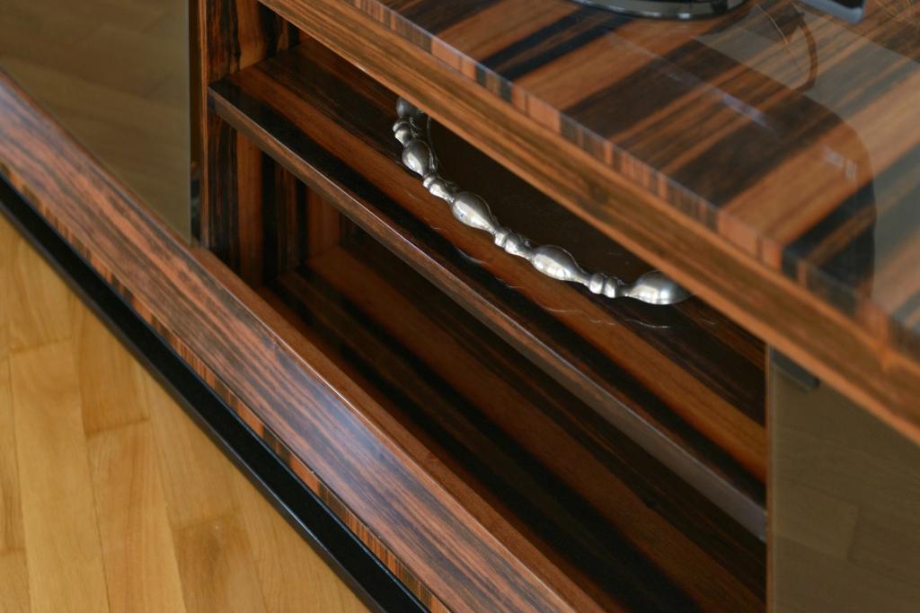 detaliu mobilier TV cu furnir Macassar si usi din sticla fumurie
