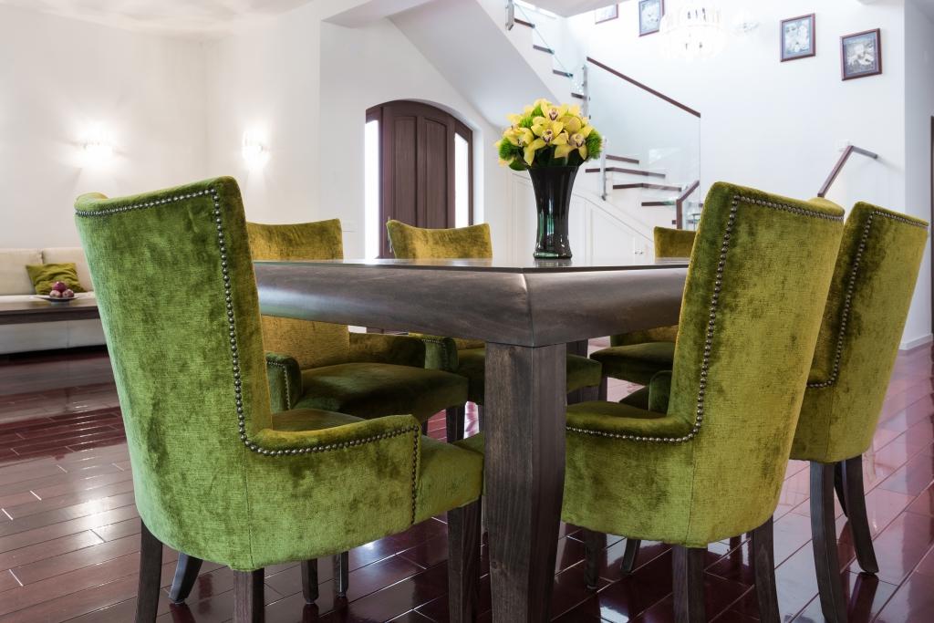 detaliu scaune model cu pasmanterie metalica