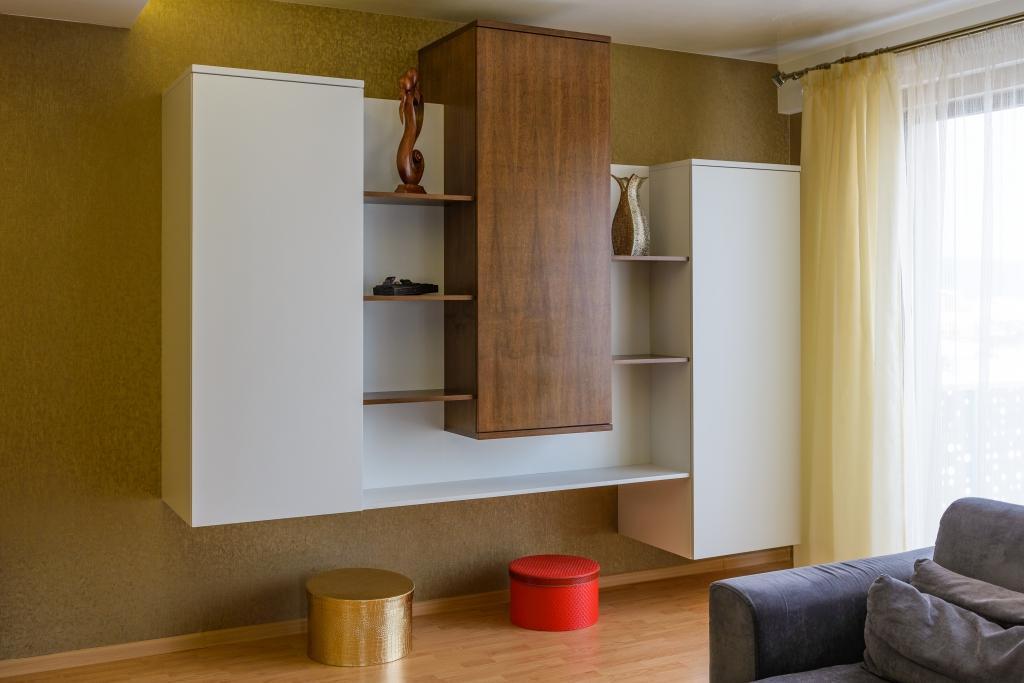 corp mobilier hol intrare cu dulapuri pentru haine
