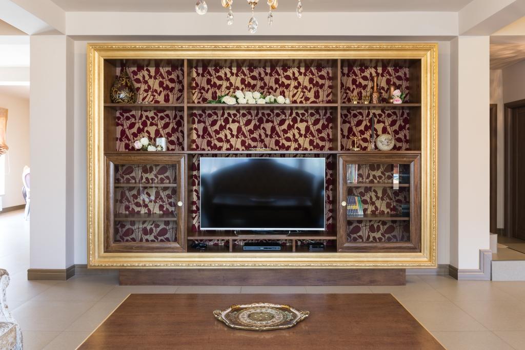 mobilier tv cu usi culisante si spatele tapetat