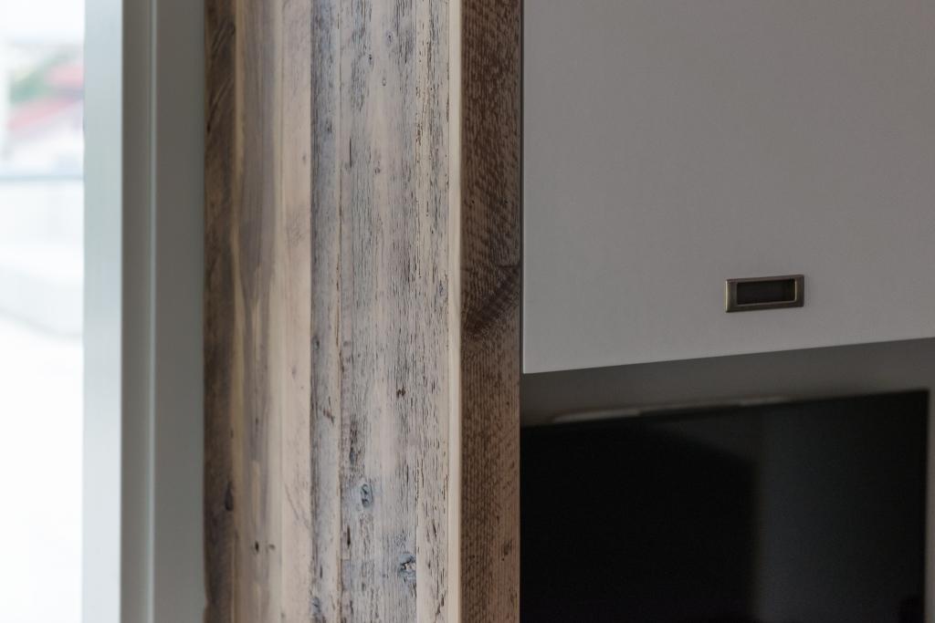 detaliu laterala dulapului executata din lemn recuperat vechi