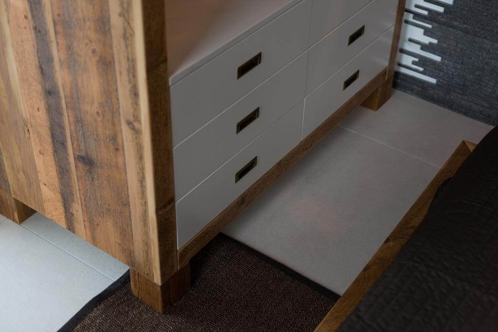 detaliu comoda din lemn recuperat vechi cu sertare moderne