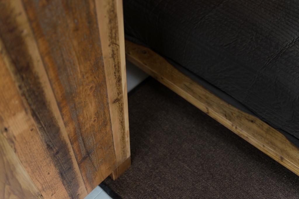 detaliu baza patului din lemn recuperat vechi
