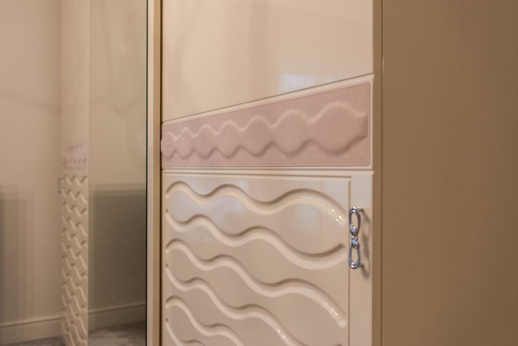 detaliu dressing cu usi culisante cu insertie de piele si usi frezate model Chanel