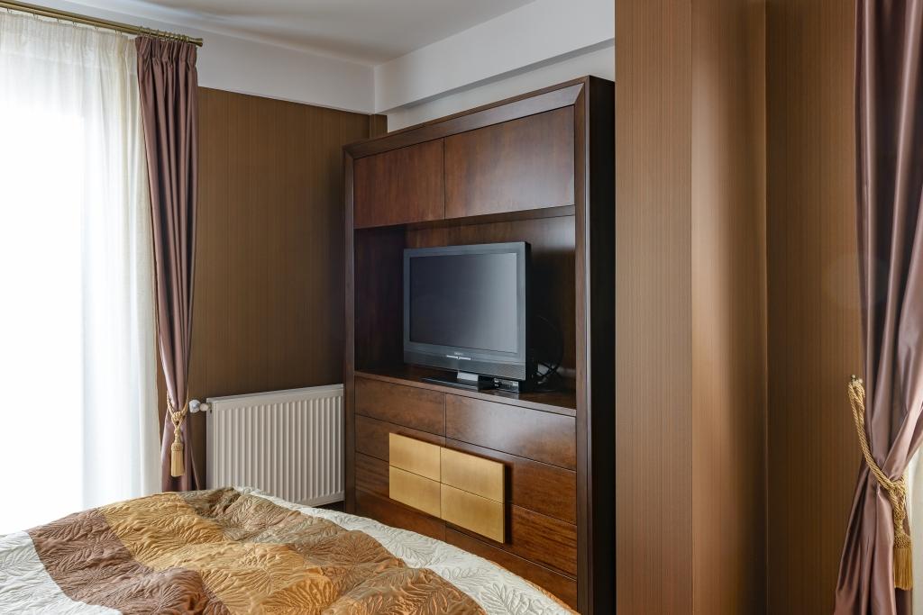 mobila tv cu comoda inferioara din Toulipier masiv