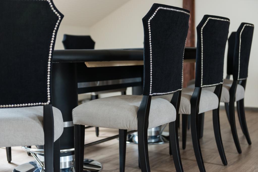 detaliu scaune tapitate bicolor