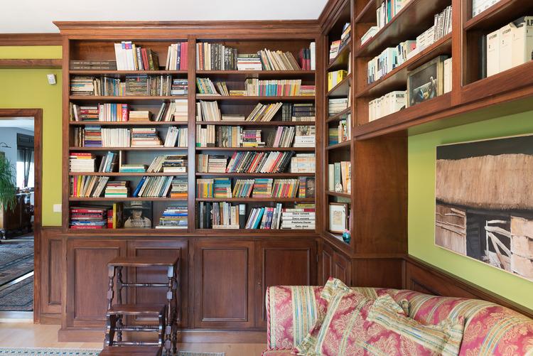 biblioteca la comanda din panel furniruit nuc cu cornise din Toulipier masiv