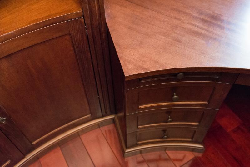 detaliu sertare curbate de birou din Toulipier masiv