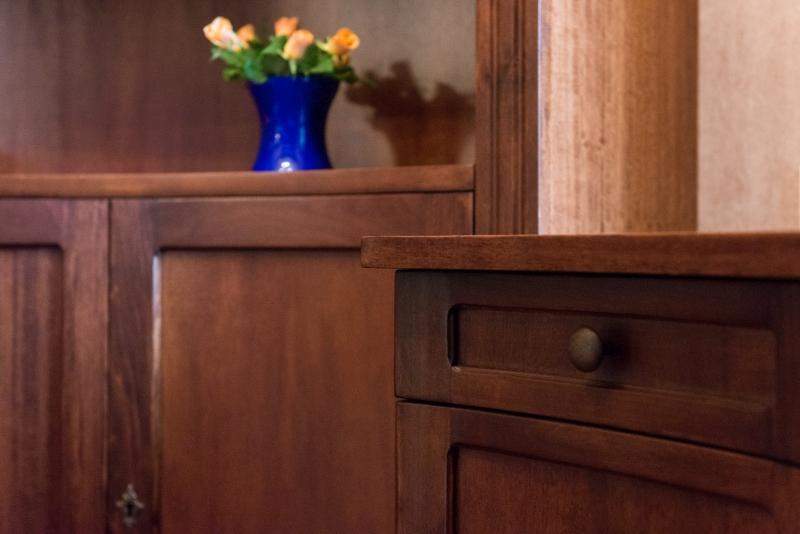 detaliu sertar curbat de birou cu buton din bronz
