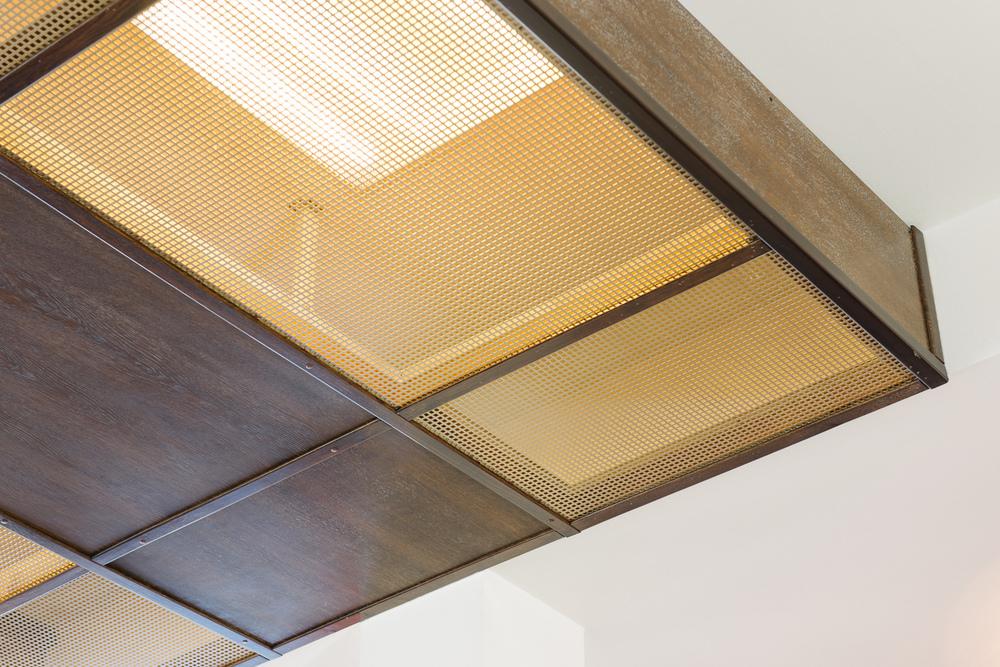 detaliu tavan din stejar cu grila pentru instalatia de iluminat