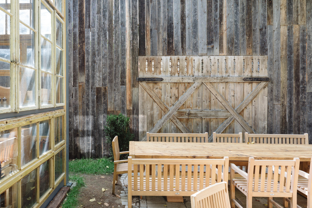 perete executat cu lambriuri din brad vechi