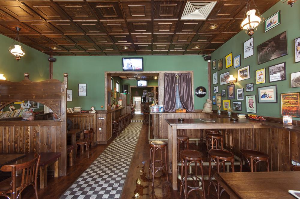 detaliu vedere tejgea pentru clienti in zona bar executata din brad masiv periat si invechit